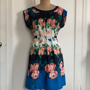 Floral scoop neck dress with tie waist and zipper